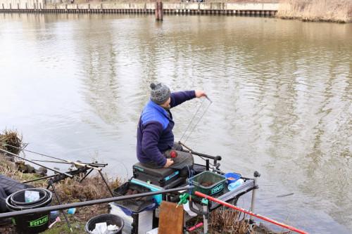 Nęcenie procą w największym stopniu stanowi trudność łowienia poza zasięgiem tyczki